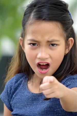 リーディング 怒っている少女